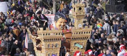 La folla assiste alla prima sfilata del Carnevale di Viareggio