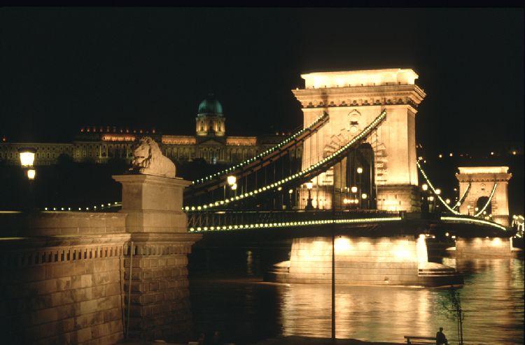 Budapest, Kettenbrücke bei Nacht