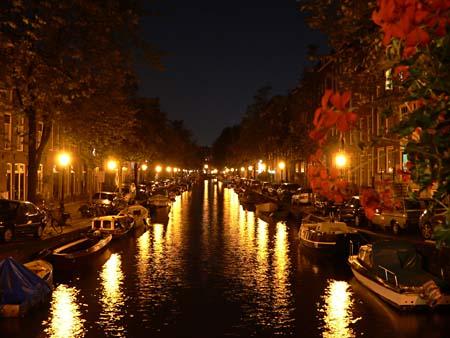 night-canal-amsterdam