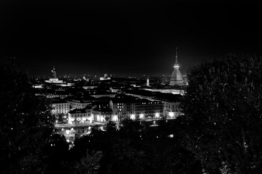 Torino la citt perennemente in bilico tra il bene e il for Mercatini torino oggi